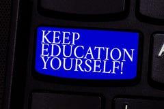 La rappresentazione della nota di scrittura tiene l'istruzione voi stessi La foto di affari che montra non smette mai di imparare immagini stock libere da diritti