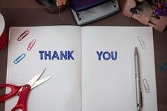 La rappresentazione della nota di scrittura vi ringrazia Foto di affari che montra un'espressione gentile usata quando riconoscon fotografia stock libera da diritti