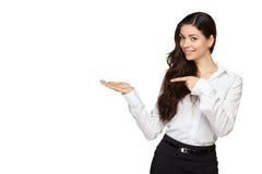 La rappresentazione sorridente della donna apre la palma della mano Fotografie Stock Libere da Diritti