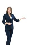 La rappresentazione sorridente della donna di affari apre la palma della mano con lo spazio della copia per Fotografie Stock Libere da Diritti