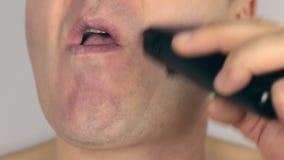 La rasatura del primo piano un uomo, rade il rasoio elettrico, stock footage