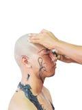 La rasatura giovane la testa immagini stock