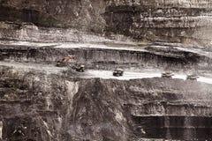 La rastra carga el carbón del carro imagen de archivo libre de regalías
