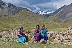 La Raya, Perú de Abra: Mujeres en la alta altitud Imagen de archivo