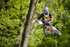 La raza de la bici del ciclista salta fotografía de archivo