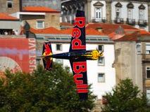 La raza del aire de Red Bull Oporto 2009 Peter Besenyei se va volando Imagenes de archivo