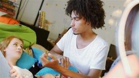 La raza mixta adolescente tres comunica almacen de metraje de vídeo