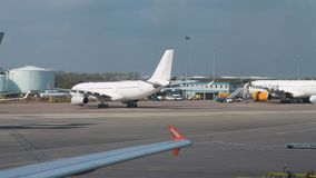 La reacción grande avión el carreteo en la pista del aeropuerto de Manchester almacen de video