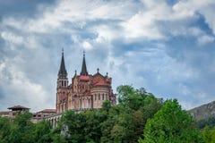 La Real de Covadonga, Cangas de OnÃs, Asturias, España de BasÃlica de Papá Noel MarÃa Imágenes de archivo libres de regalías