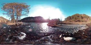 La realidad virtual de 360 VR del las montañas, bosque del pino y río salvajes fluye Rayos del parque nacional, del prado y del s metrajes