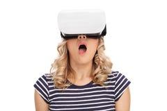 La realtà virtuale d'uso sorpresa della donna googla Fotografia Stock