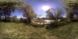 La realtà virtuale di UHD 4K 360 VR di un fiume entra sopra le rocce nel bello paesaggio della foresta della montagna video d archivio