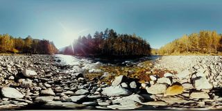 La realtà virtuale di UHD 4K 360 VR di un fiume entra sopra le rocce nel bello paesaggio della montagna stock footage