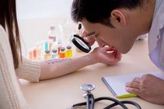 La reazione di allergia di prova di medico del paziente in ospedale fotografia stock libera da diritti