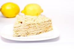 La rebanada de empanada con los limones, foco está en el frente de la torta Imagenes de archivo