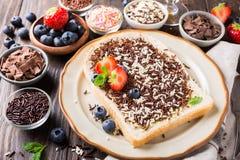 La rebanada de pan con el chocolate del hagelslag asperja fotos de archivo libres de regalías