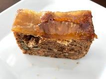 La rebanada de la torta de la piña y de zanahoria sirvió con la bifurcación en la tienda del café imágenes de archivo libres de regalías