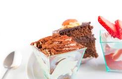 La rebanada deliciosa de torta de chocolate nombró el tiramisu en blanco Fotos de archivo