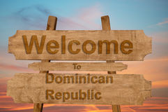 La recepción a la República Dominicana canta en el fondo de madera Imagen de archivo