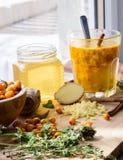 la receta del cóctel del otoño con las bayas y la miel del mar consolida el sistema inmune Imagen de archivo