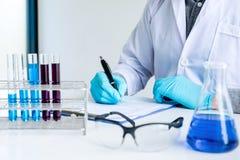 La recherche de laboratoire de biochimie, chimiste analyse l'échantillon images stock