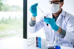 La recherche de laboratoire de biochimie, chimiste analyse l'échantillon dans le laboratoire avec l'équipement et la verrerie d'e photographie stock
