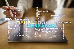 La recherche de marché exprime le nuage sur l'écran virtuel image stock