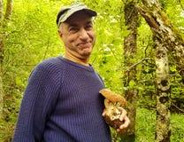 La recherche des champignons dans les bois Récolteuse de champignon image stock