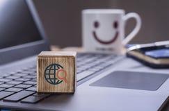 La recherche se connectent l'ordinateur portable images libres de droits