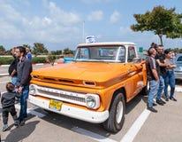 La recogida vieja 1965 de Chevrolet en una exposición de los coches del vintage parqueó cerca de la alameda grande de Regba Fotografía de archivo