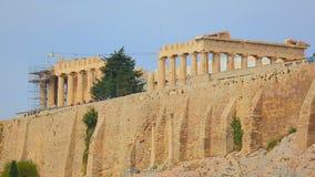 La reconstruction fonctionne au temple de parthenon à Athènes, patrimoine culturel grec banque de vidéos