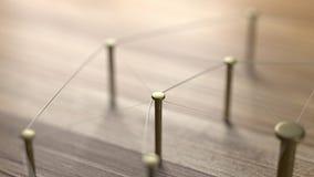 La red, establecimiento de una red, conecta, ata con alambre Lazo de entidades Red de los alambres del oro en la madera rústica Foto de archivo libre de regalías