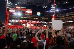 La referencia aumenta los brazos de Seth Rollins mientras que él celebra con la victoria de los fans Fotos de archivo