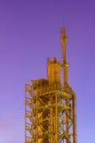 La refinería vieja después de la puesta del sol con el fondo de la estrella se arrastra Foto de archivo libre de regalías