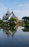 La reflexión blanca del templo en el río Fotos de archivo