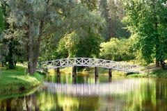La reflexión blanca n del puente el parque en el verano Fotografía de archivo