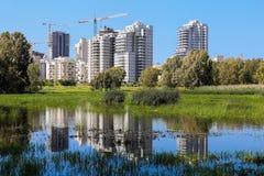 La reflexión de altos edificios blancos en el río Fotos de archivo