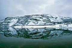 La reflexión de la montaña en un fiordo en Noruega Foto de archivo libre de regalías