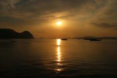 La reflexión de la puesta del sol en el agua Fotos de archivo libres de regalías