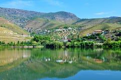 La reflexión de las casas en el espejo del agua - río del Duero Fotos de archivo libres de regalías
