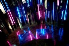 La reflexión de la luz azul y rosada en las superficies La atmósfera del club, los partidos Crepúsculo Fotos de archivo