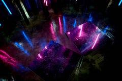 La reflexión de la luz azul y rosada en las superficies La atmósfera del club, los partidos Crepúsculo Fotografía de archivo libre de regalías
