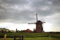La reflexión de nubes y el cielo azul en el agua emergen en Boskoop Imagenes de archivo
