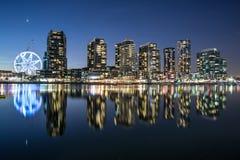 La reflexión del área de la costa de los Docklands en Melbourne en la noche, Australia Imagen de archivo libre de regalías