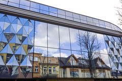 La reflexión del edificio en otro edificio en Zakopane Imagen de archivo libre de regalías