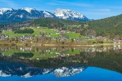 La reflexión del pueblo de montaña en Hallstatter considera, Austria, Europa imagen de archivo