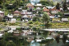 La reflexión El pueblo viejo en la orilla de la charca Fotografía de archivo libre de regalías
