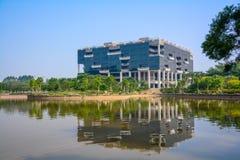 La reflexión invertida en el agua de los edificios de oficinas Fotografía de archivo