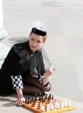 La regina nera tiene in sue mani la regina bianca Fotografie Stock