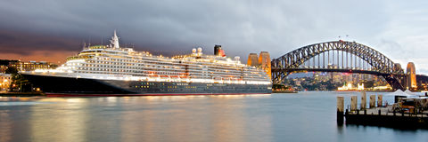 La regina Victoria di Cunard al terminal passeggeri internazionale vicino a Sydney Harbour Bridge Fotografia Stock Libera da Diritti